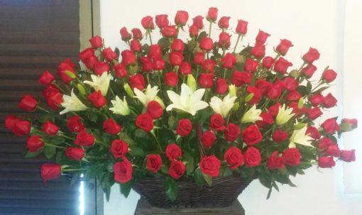 Canasta con 100 Rosas y Lilis - Flores, Florería, Floristería