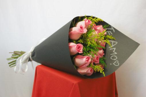 Bouquet de 12 Rosas con Follaje en Negro - Flores, Florería, Floristería