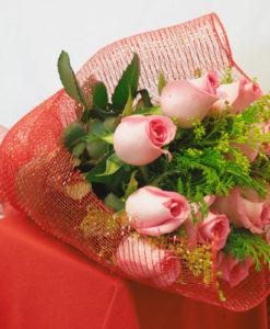 Bouquet de 12 Rosas con Follaje en Red - Flores, Florería, Floristería