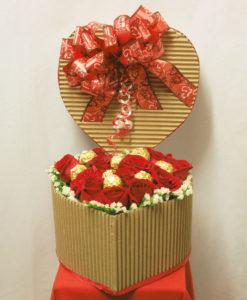 Caja de Corazón con 12 Rosas y Chocolates - Flores, Florería, Floristería