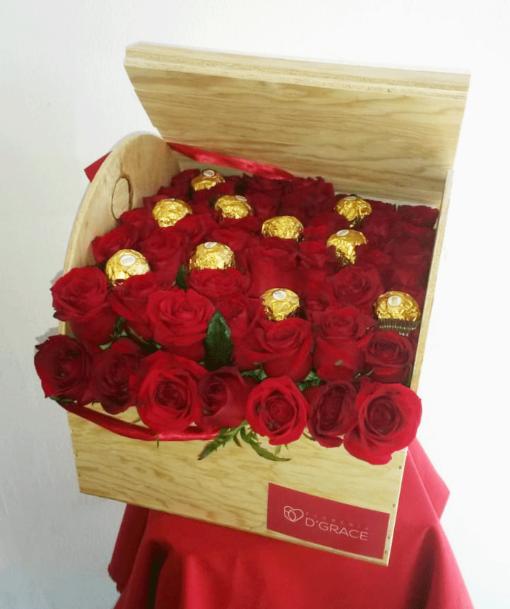Baúl con 48 Rosas y Chocolates - Flores, Florería, Floristería