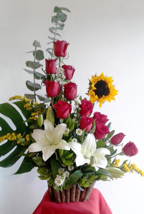 Docena de Rosas con Lilys y Girasol - Flores, Florería, Floristería